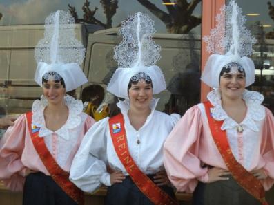 Au centre : la Reine des Sables 2012 entourée de ses dauphines