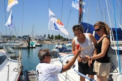 La bouteille à la mer de l'édition 2011 de la course Les Sables-Horta, retrouvée sur une plage des îles Caïman