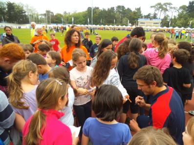 Les enfants recueillent les autographes des joueurs Anglais.