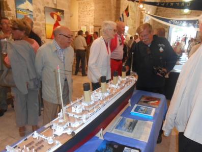 Au centre : Michel Launay a construit la maquette du Titanic. Un an de réalisation et 1,80m de longueur du navire.