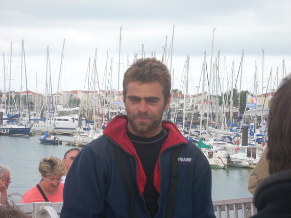 Damien Guillou (Demi-Clé) prend  la quatrième place au classement général cumulé des voiliers de série.