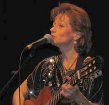La chanteuse Christine Hélya chante dimanche après-midi au Bourg-sous-la-Roche.
