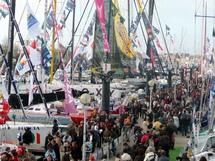 Ce dimanche 25 octobre, à midi, les pontons du Vendée Globe étaient assaillis.