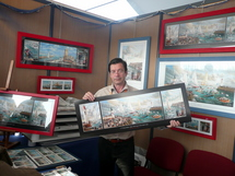 Patrick Fritsch, directeur artistique d'Offset 5, présente une reproduction d'un tableau de Raphaël Toussaint.
