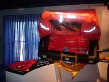 Canot de sauvetage, harnais, gilets, fusées et GPS sont les outils de sécurité des skippers.
