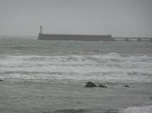 Samedi, vers 16 h, c'était la marée basse mais le vent soufflait fort et la mer était au lartge déjà creusé.