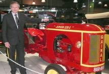 Bernard Guénant devant un tracteur, construit dans les années 50 par son père Alain.
