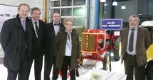 PIerre, Bernard, Xavier et Janine Guénant viennent de dévoiler avec Jean-Yves Burnaud la plaque Alain Guénant.