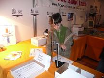 Ce jeune garçon effectue un parcours scientifique débutant sur le stand du lycée Saint-Louis.