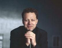 Le chef d'orchestre John Axelrod.
