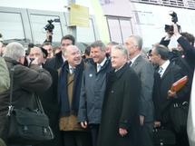 Le TGV arrive en gare des Sables d'Olonne à midi pile. Aussitôt, les officiels sont assailis par une myriade de photographes.