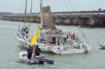 Armel Le Cléac'h (Brit Air), nouveau deuxième depuis l'abandon lundi de Roland Jourdain, naviguait ce matin à 65 milles dans le sud du port de Ponta Delgada aux Açores