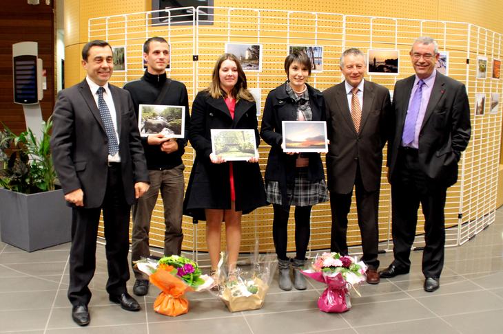 De gauche à droite : Alain Leboeuf, président du FDAS, Florent Thibaud (3e), Lisa Morand (2e), Laure Guibert (1ère), Joseph Merceron, président du Centre de Gestion de la Fonction Publique Territoriale 85, Yves Auvinet, président de l'Association des Maires de Vendée.