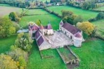 Par exemple le Groupe Mercure a vendu un château inscrit MH de 200 m² niché au cœur d'un terrain d'environ 3 hectares à 30 km de Clamecy pour 360 000 € seulement avec des travaux de rénovation à prévoir.