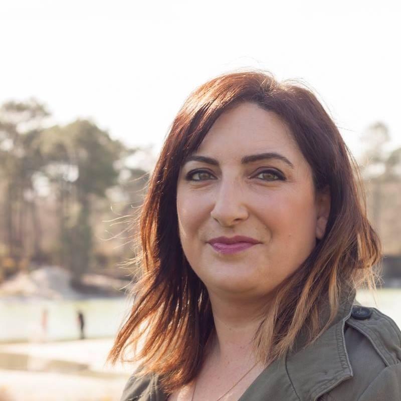 Virginie Grimaldi a été Lauréate du prix e-crire au féminin 2014, pour sa nouvelle «La peinture sur la bouche». Elle a signé avec «Le premier jour du reste de ma vie» (2015) son premier roman publié.