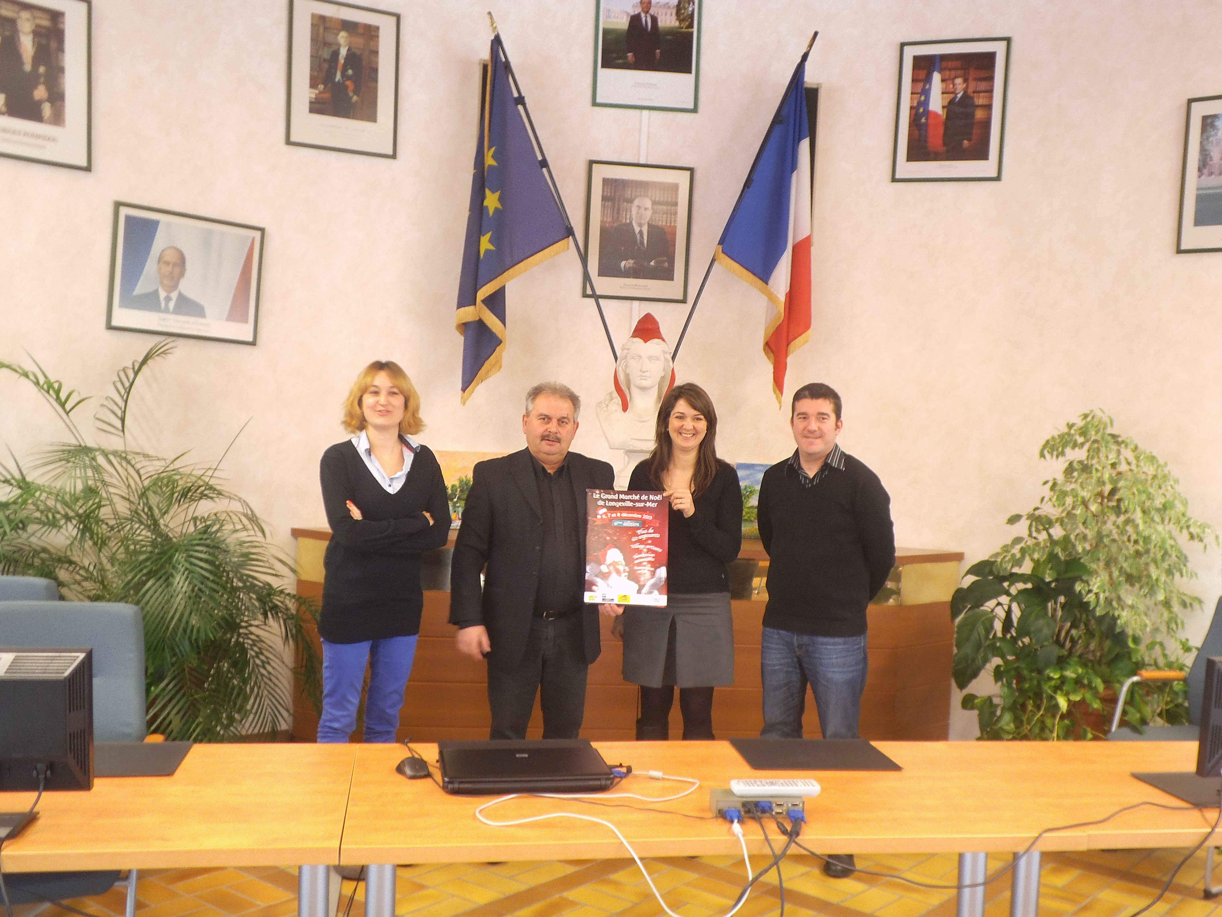 Edith Roy de l'associaiton Autistes sans frontières, Michel Bridonneau, le Maire  Nathalie Barbeau, organisatrice du Marché de Noël ,et Samuel Boudeau