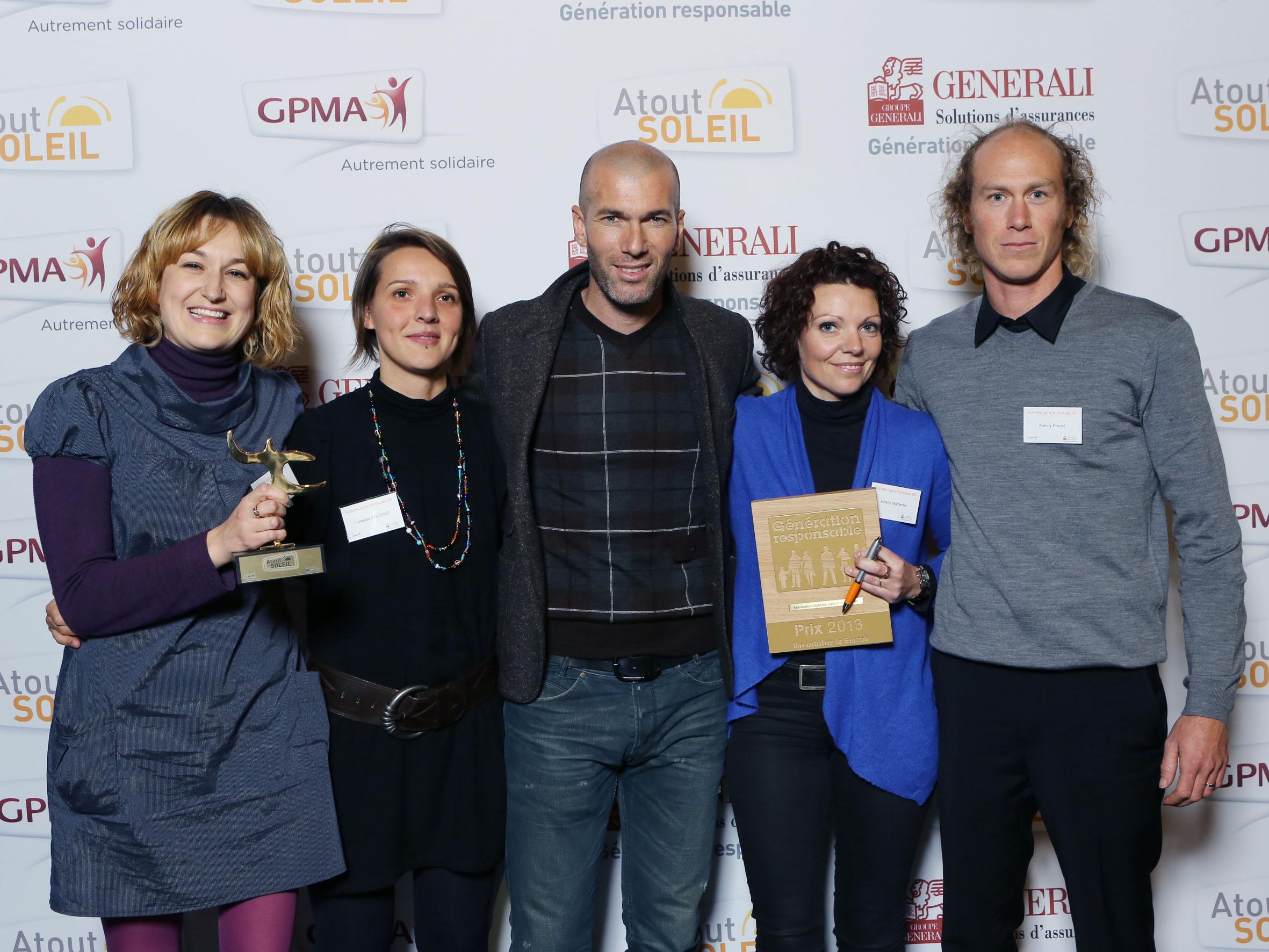 Édith Roy, Vanessa Coutant, Zinedine Zidane, parrain de Generali, Estelle Malherbe et Antony Proust lors de la soirée Atout Soleil 2013, le 3 décembre 2013. Récipiendaire du prix Génération Responsable pour le projet « Levons la voile de l'autisme »