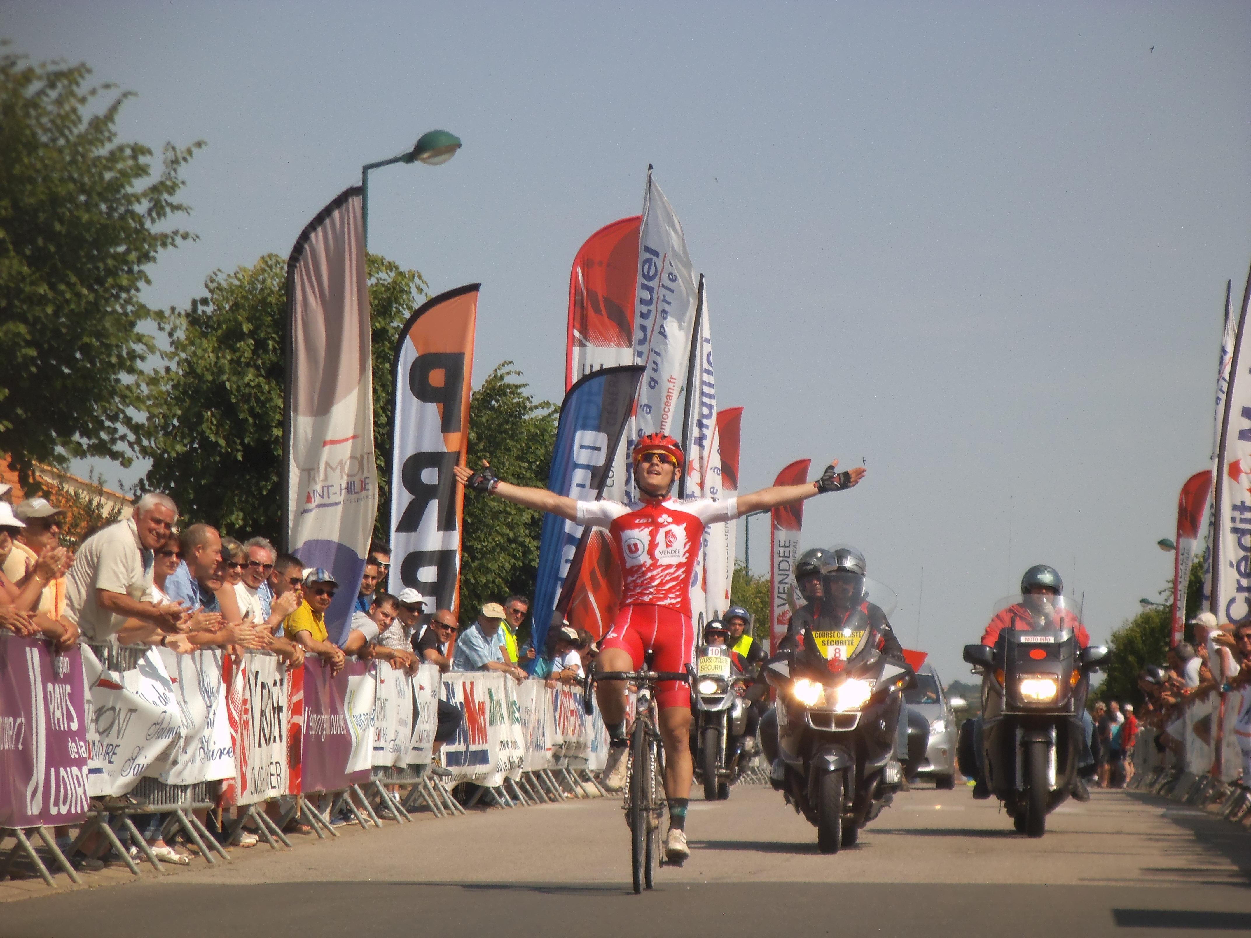 Thomas Boudat passe la ligne d'arrivée devant un public venu nombreux encourager les coureurs.