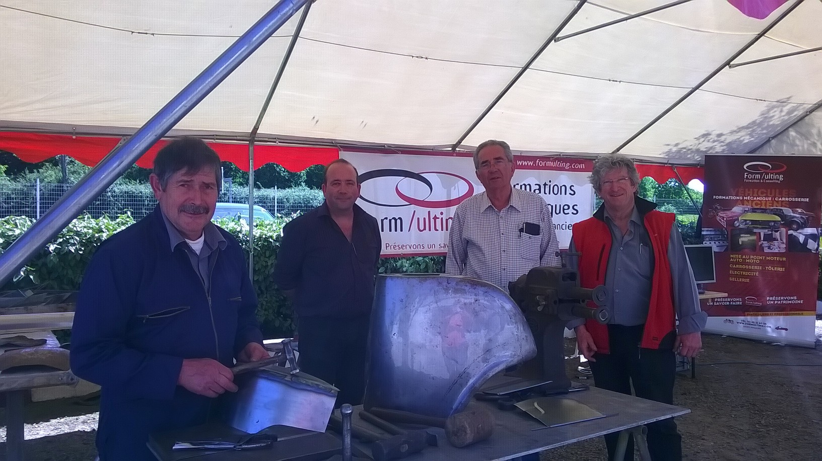 De gauche à droite : Paul Prin carrossier et formateur, Bruno Virlogeux tapissier cellier, Patrick Verneau, Président, et Valentin Giron