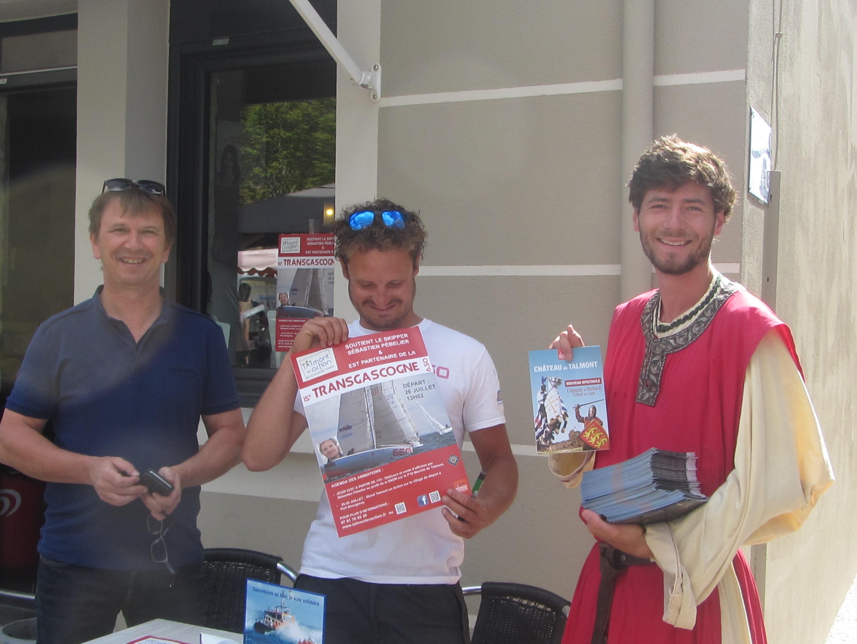 Nicolas Vigier administrateur à «Talmont en Action», Sébastien Pébelier et un des bénévoles participant aux animations du château étaient sur le marché ce jeudi pour lancer la toute première manifestation de la 15e édition de la Transgascogne à travers une séance de dédicace.