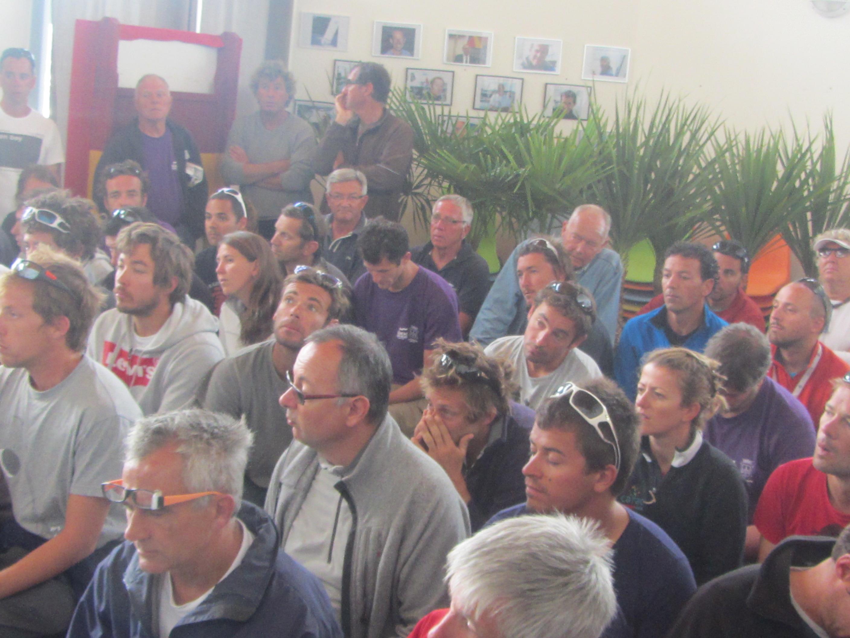 Ce mardi les skippers ont écouté avec attention le Directeur de course Denis Hugue lors du briefing quotidien.
