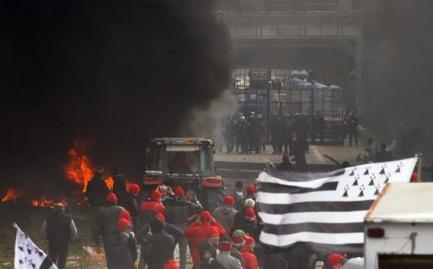 René Cueff, le père de Mikael, le manifestant amputé de la main, relaye l'appel au calme de son fils alors qu'une nouvelle manifestation est prévue ce samedi