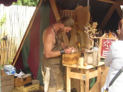 Sylvain Delporte sabotier sarthois a fait partager sa passion avec le public tout comme les nombreux artisans présents sur le site de la Patauderie.