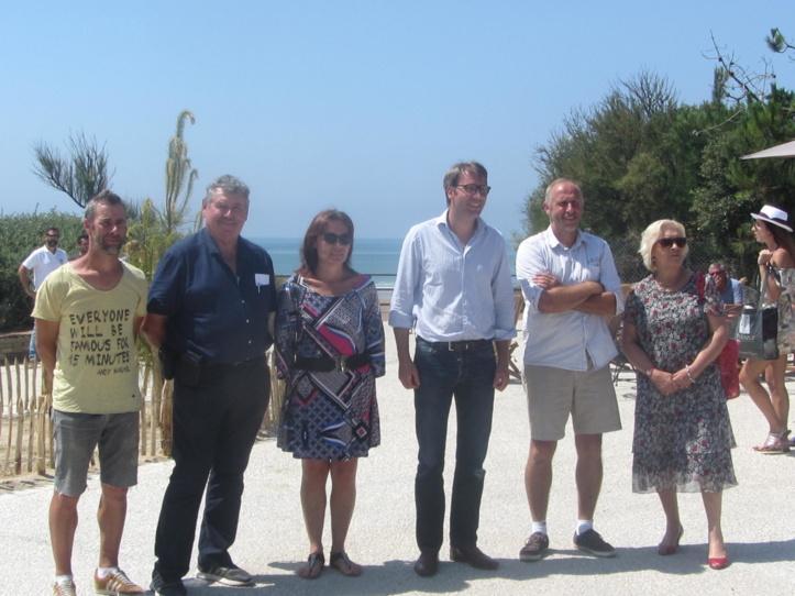 Les concepteurs du projet ici autour de Maxence de Rugy, au centre, ont tenu le calendrier d'ouverture de la nouvelle esplanade à la plage du Veillon.