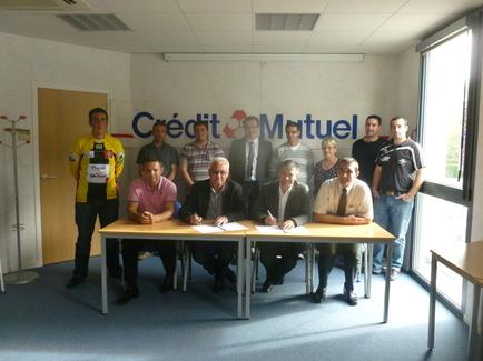 Jacques Mollet (2° à partir de la droite au premier rang) et les dirigeants du Crédit Mutuel Océan étaient réunis dans les locaux du CMO pour la signature de la convention.