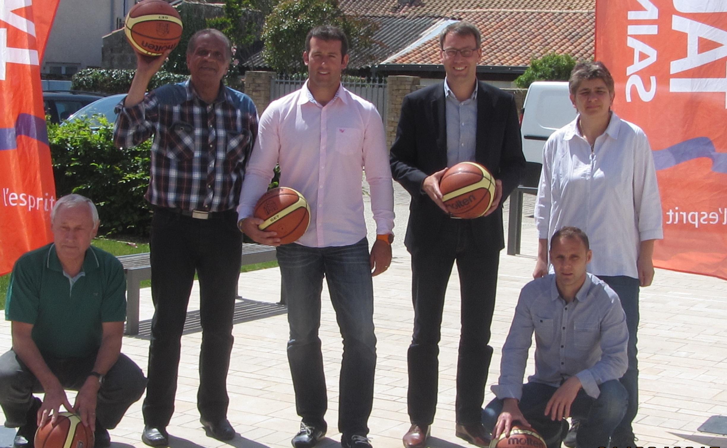 Les organisateurs étaient réunis sur le parvis de la mairie autour de Maxence de Rugy et Nathalie Boucher la Présidente du Club de Basket de Talmont