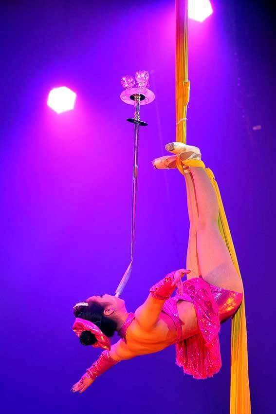 Sortie de la très renommée école de cirque national du Kazakhstan, Zamina exécutera un numéro époustouflant de tissus aériens